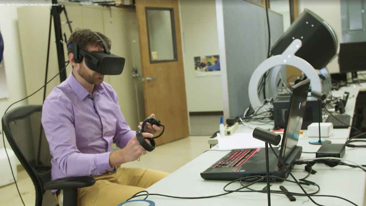 Mit Hilfe von Virtual Reality können sich Spezialisten besser in den Körper eines Bombenentschärfungsroboters hineinversetzen.
