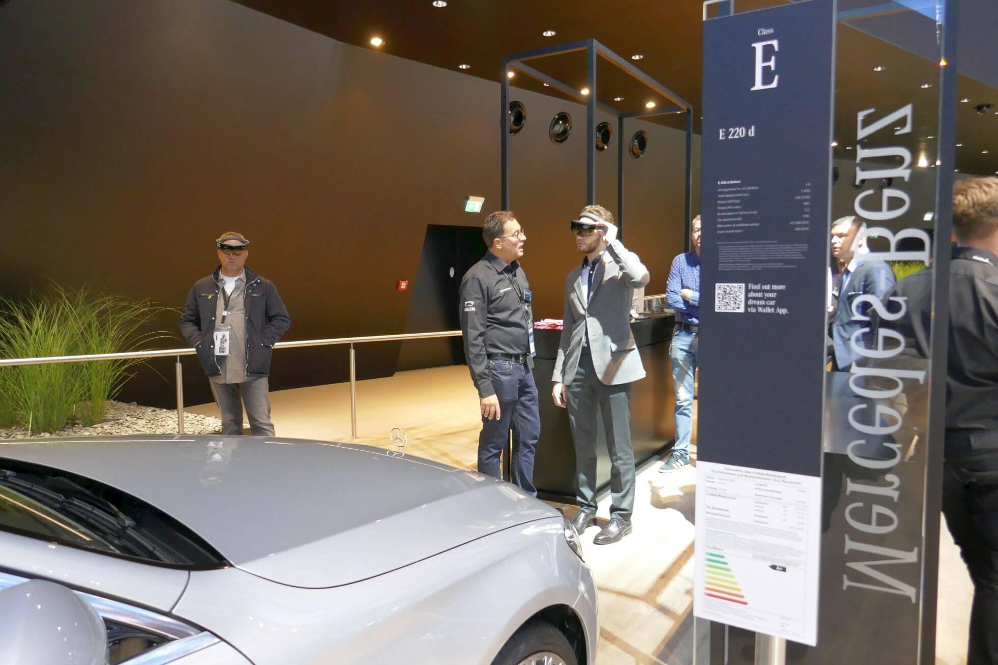 Bei Mercedes Benz Global Trainig per Hololens das technische Innenleben und mögliche Sonderausstattung entdecken.