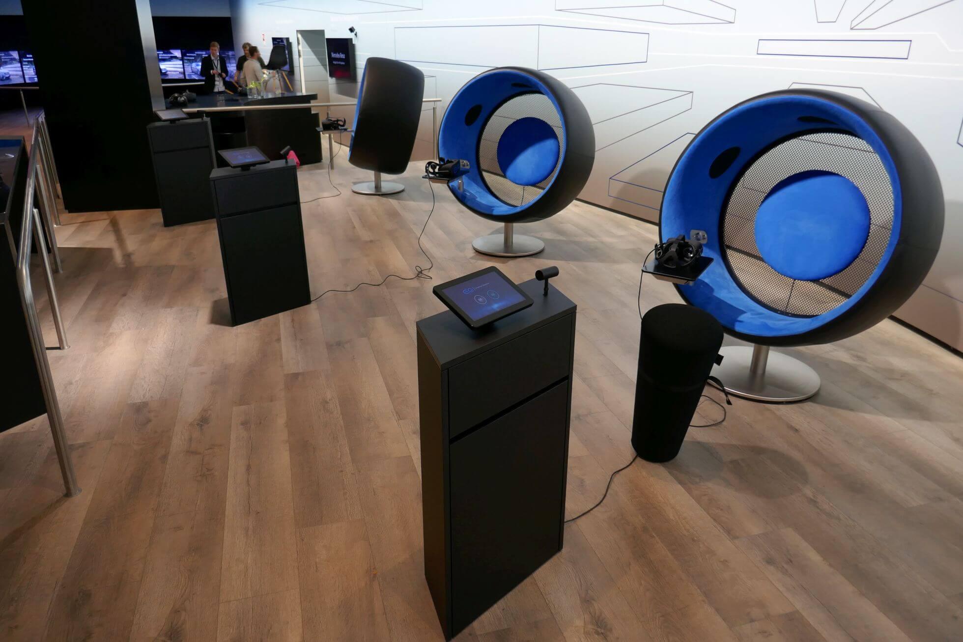 Bequem auf den EQ Sonic Chairs eine VR-Demo mit Oculus Rift erleben.