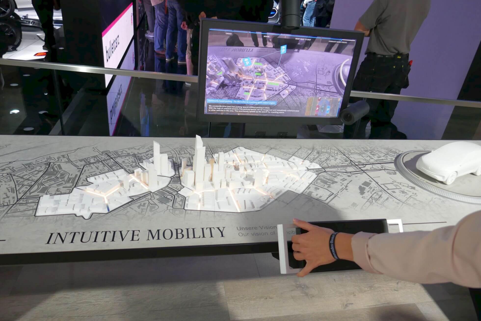 Der verschiebbare Monitor reichert die Modelle auf dem Tisch um zahlreiche Informationen an.