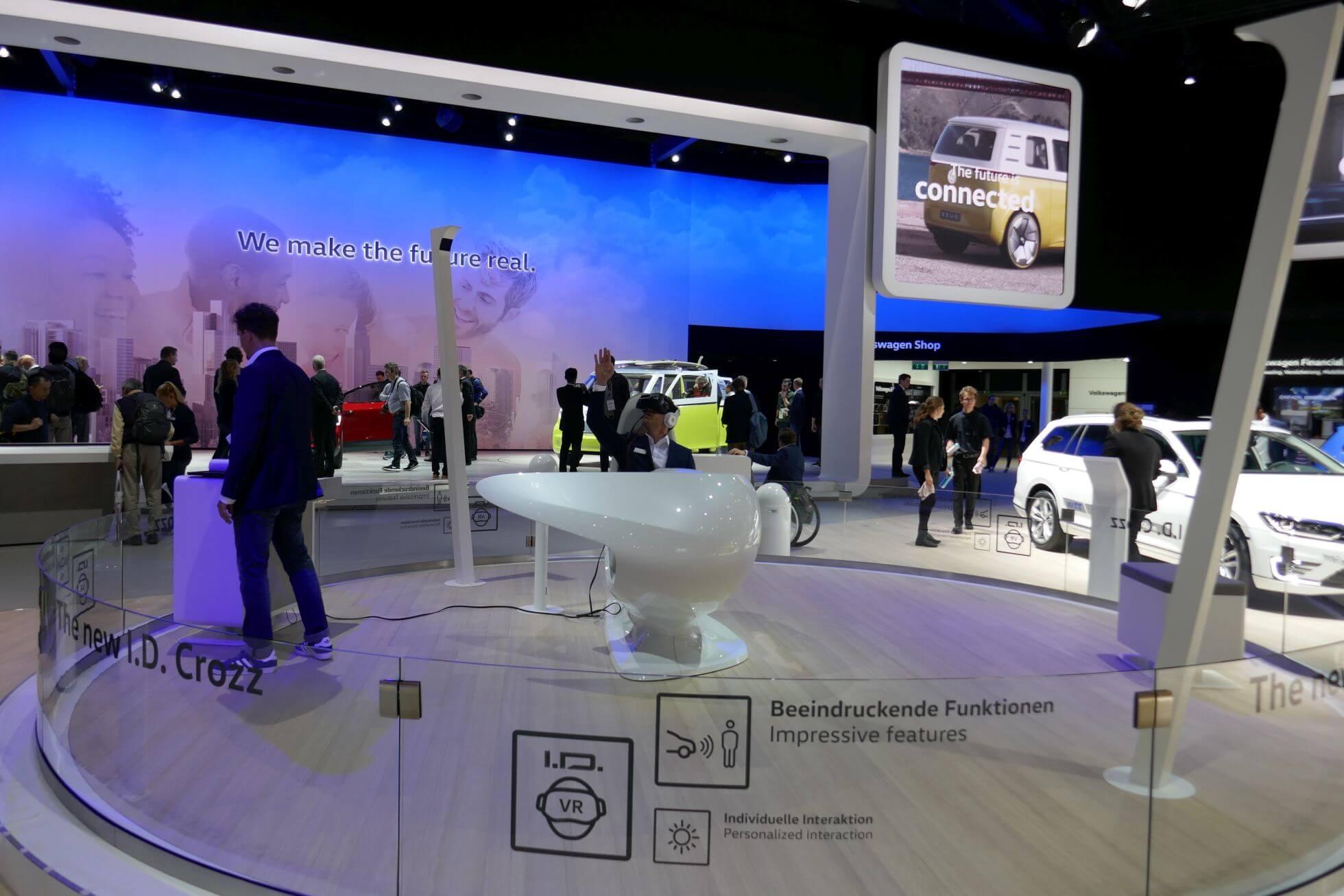 Rundfahrt mit der Vive im virtuellen Volkswagen I.D. Crozz.
