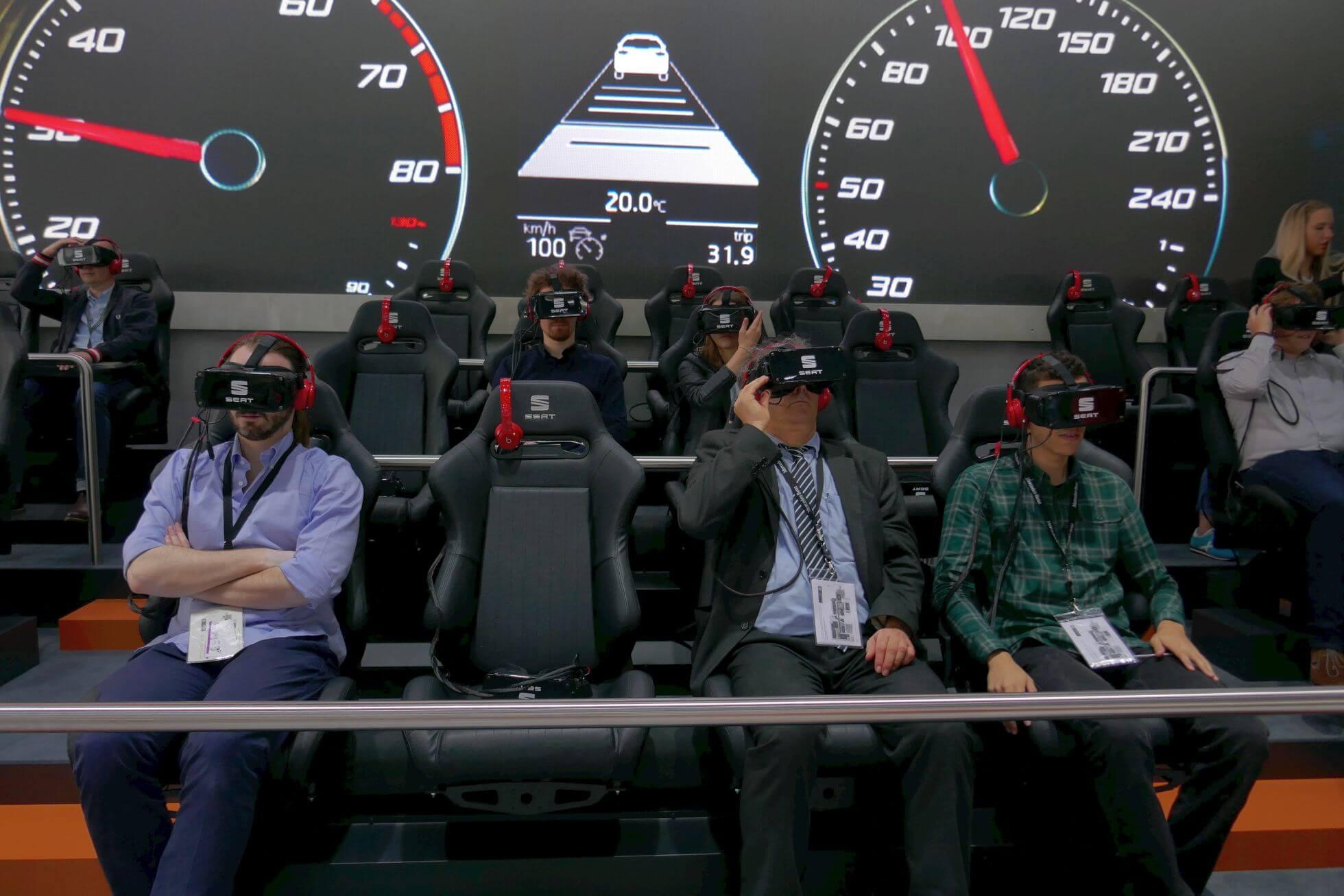 Mal was anderes: Ganze 36 Samsung Gear VR geballt auf einer Tribüne mit Rennsitzen.