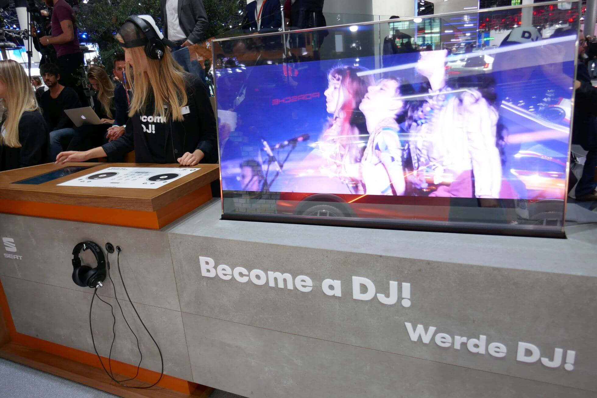 Erinnert an das Videospiel DJ Hero: Der beste DJ-Mix gewinnt eine Reise in die Heimat von Seat nach Barcelona.
