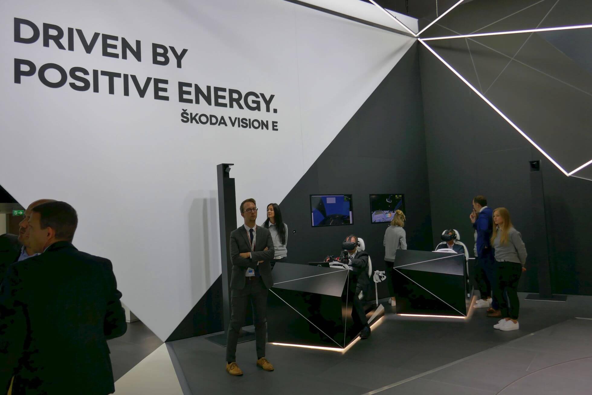 Skodas Zukunftsstudie darf mit HTC Vive gefahren werden.