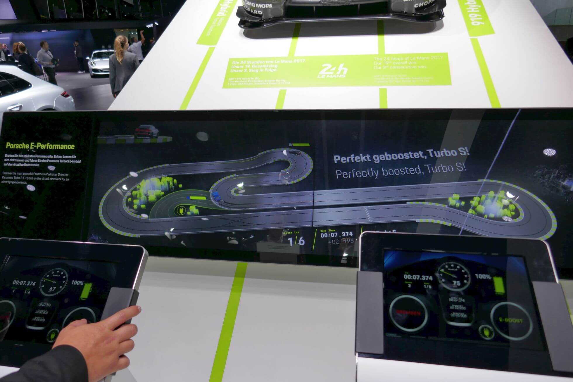 Für die Fahrt auf der digitalen Porsche Carrera-Bahn müssen nur zwei Knöpfe gedrückt werden: Turbo und Bremsen.