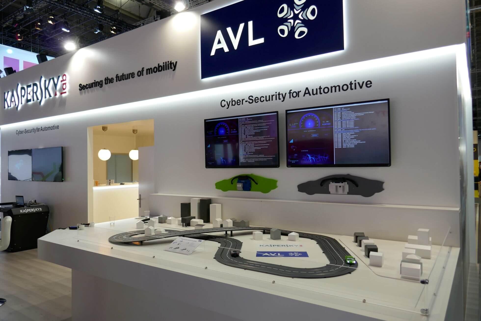 Anti-Virus Spezialist Kaspersky präsentiert eine Sicherheitslösung für Connected Cars und nutzt als Besuchermagnet eine analoge Carrera-Bahn.