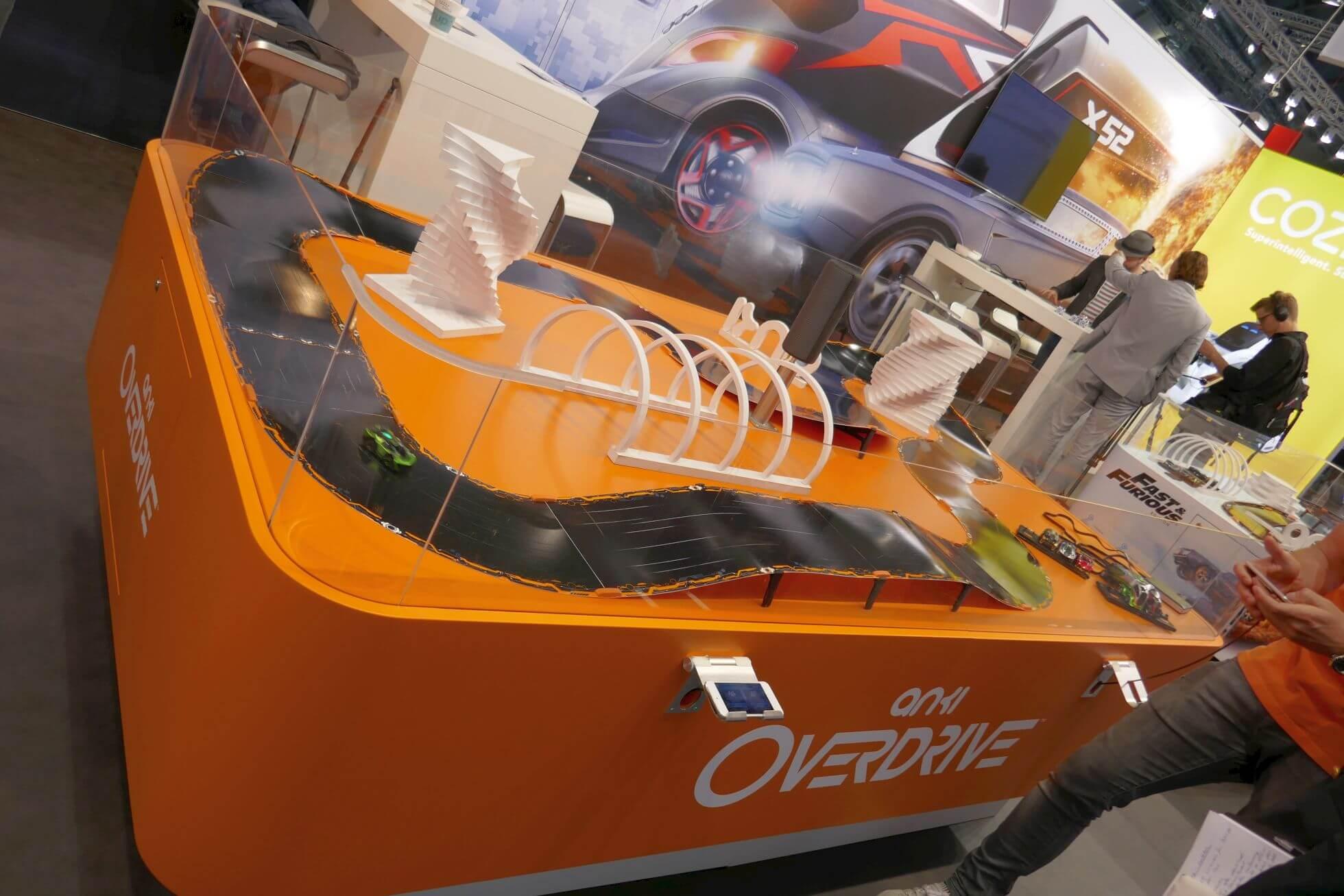 Der nach Stückzahlen vielleicht größte Hersteller von autonom fahrenden Fahrzeugen zeigt seinen Kassenschlager: eine Carrera-Bahn mit Künstlicher Intelligenz.