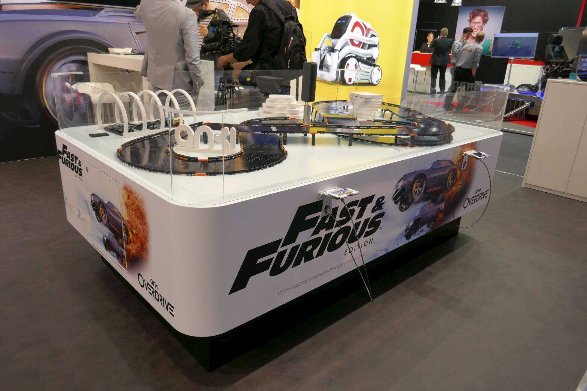 Auch bei Anki Overdrive in der Fast & Furious Edition werden die Fahrzeuge mit dem Smartphone per Funk gesteuert.