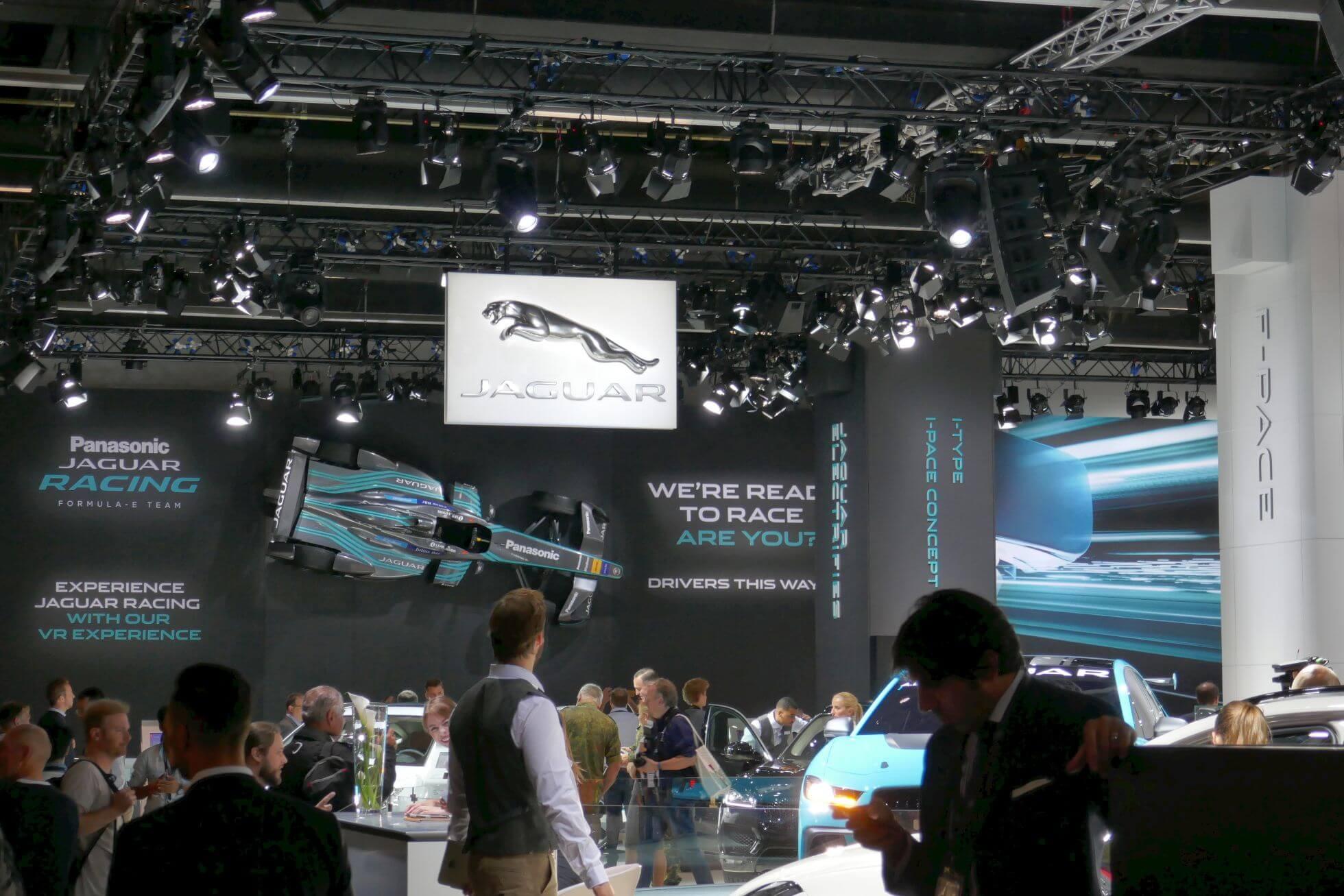 Ein Formel-E-Wagen von Jaguar hängt an der Wand zur Bewerbung des VR-Racing-Games.