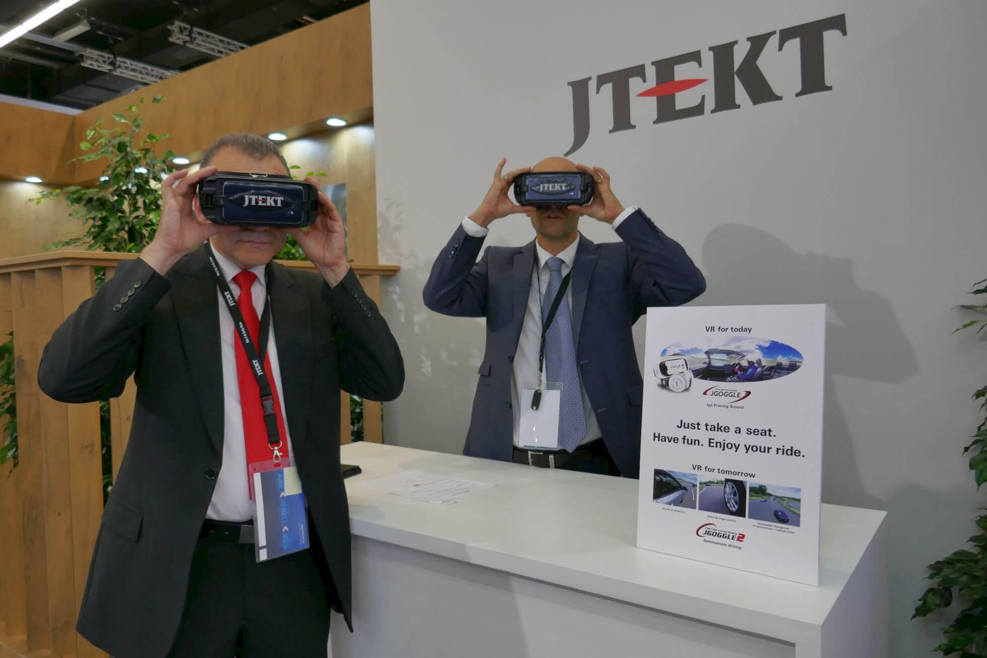 Gemütliches autonomes Fahren mit der Samsung Gear VR beim Zulieferer JTEKT.