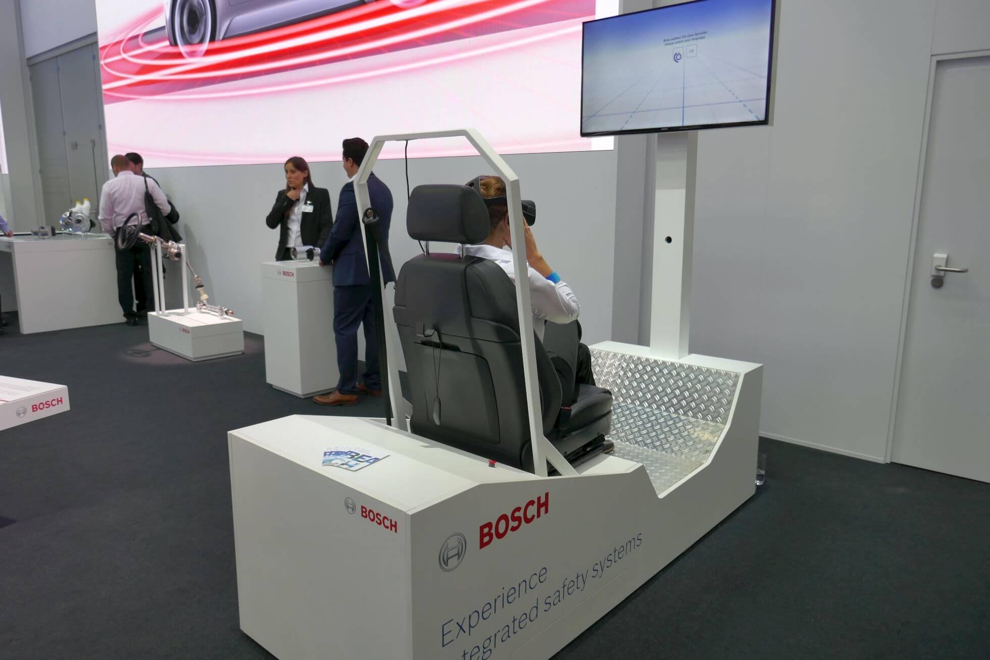 Die VR-Demo von Bosch zeigt das Zusammenspiel der verschiedenen Systeme und Technologien der Fahrerassistenzsysteme.