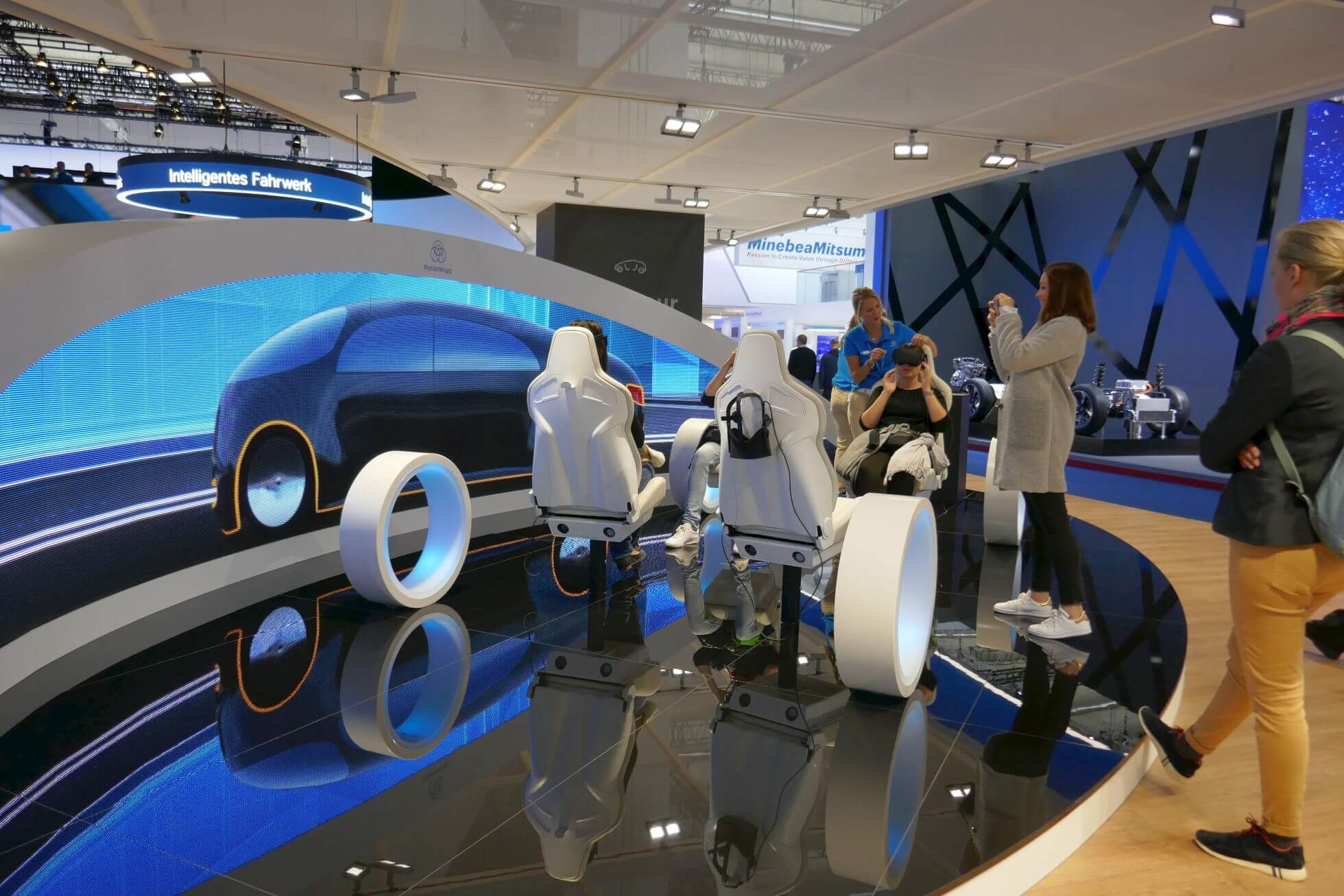 Mit VR-Brille entführt ThyssenKrupp auf eine Fahrt aus einer imaginären Stadt in die Autofabrik der Zukunft.