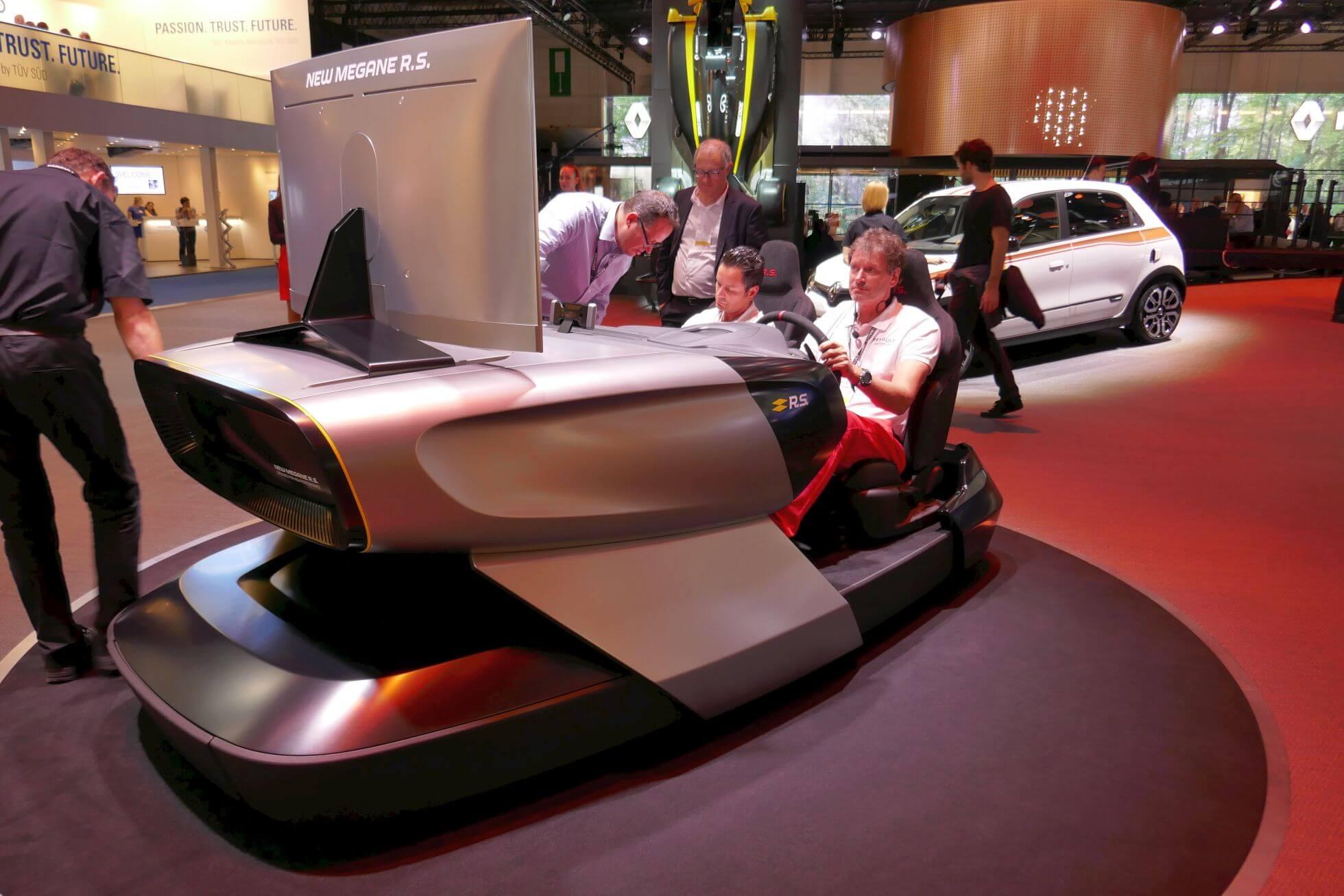 Noch so ein futuristischer Fahrsimulator: New Megane R.S. bei Renault.