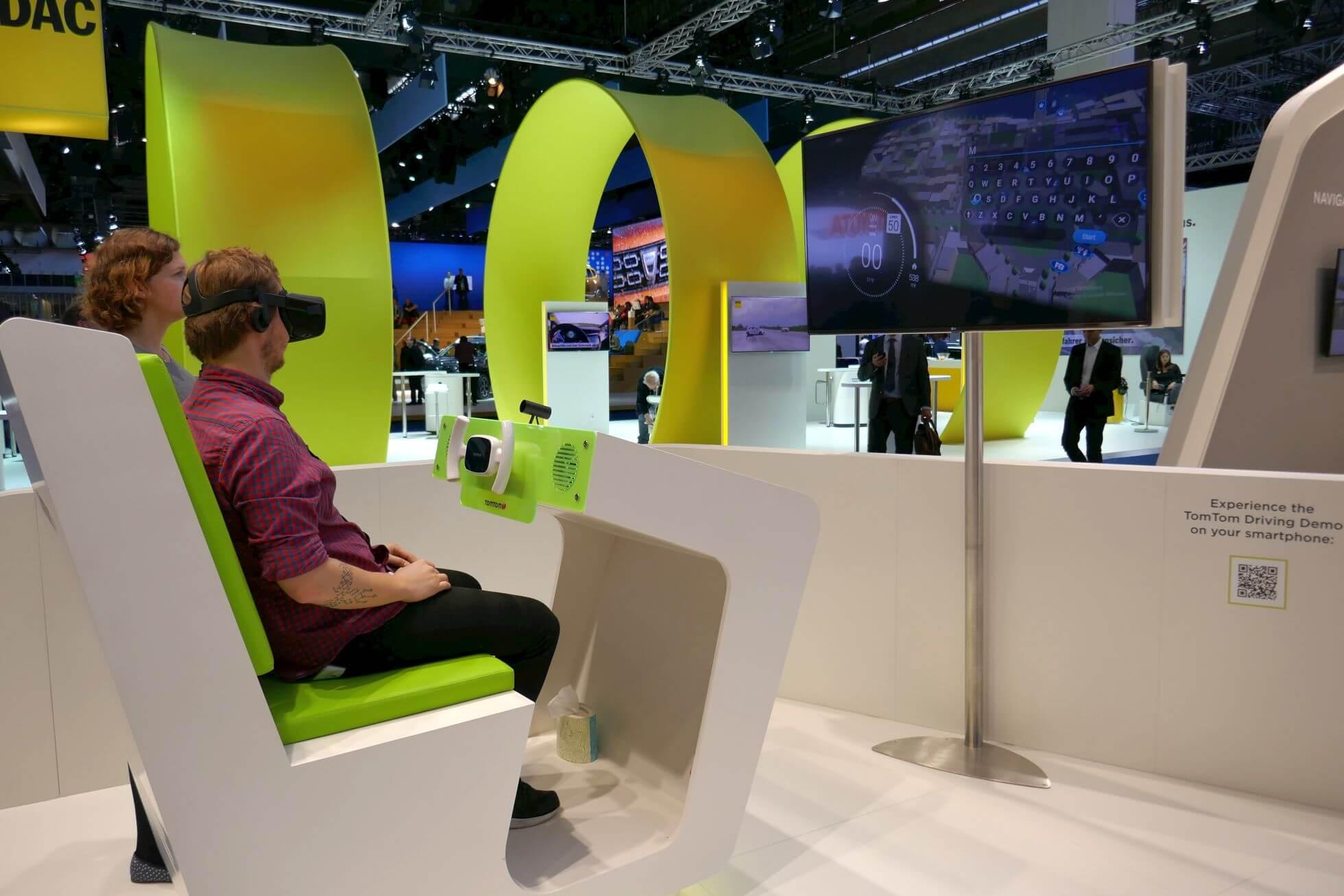 TomTom probiert was Neues: Oculus Rift-Fahrsimulator mit Fahrtwind-Ventilator. Man sitzt ja auch in einem Cabrio …