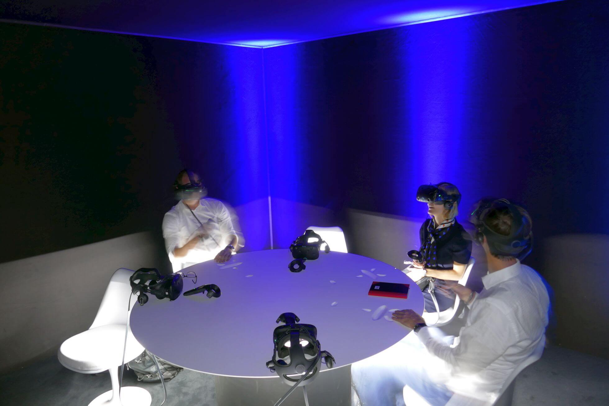 Jaguar hat wohl einen besonderen Deal mit HTC Vive und präsentiert im Outdoor-Pavillon den virtuellen I-PACE Concept.