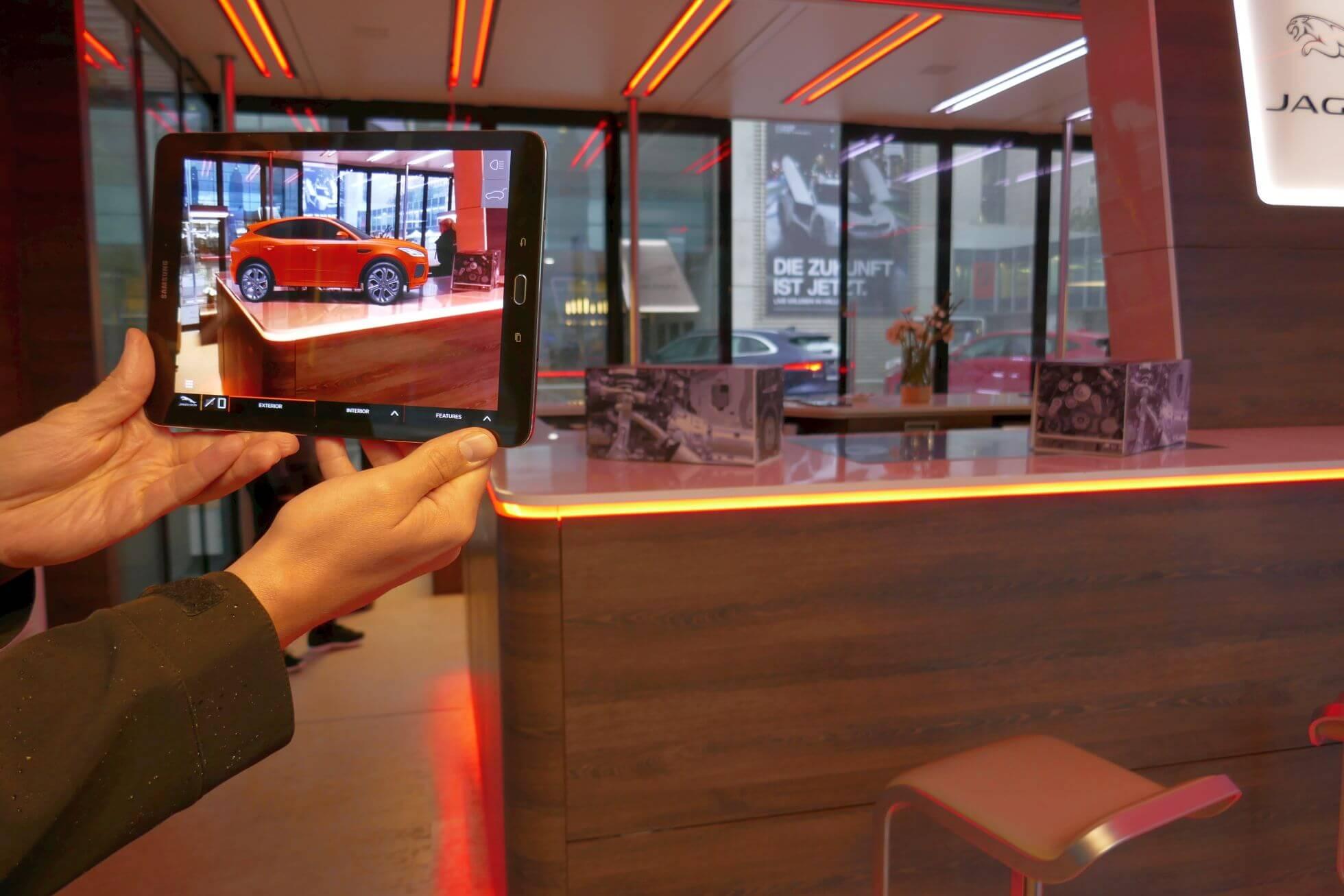 Die neuen E-PACE- und F-PACE-Modelle schaut man sich in Augmented Reality mit dem Tablet an.