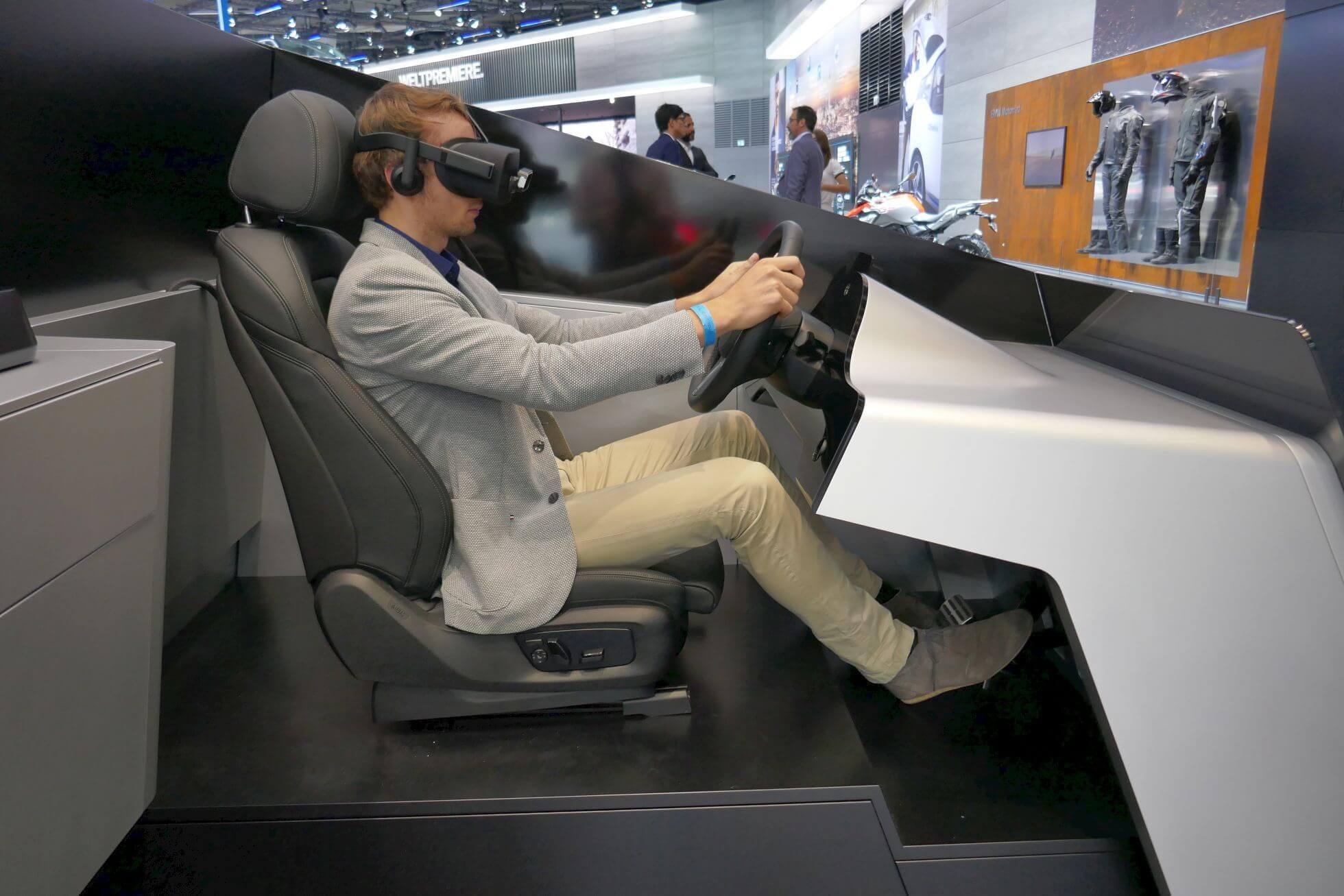 Beim BMW-VR-Simulator ist alles elektrisch bzw. virtuell einstellbar und bietet Leap Motion Handtracking.