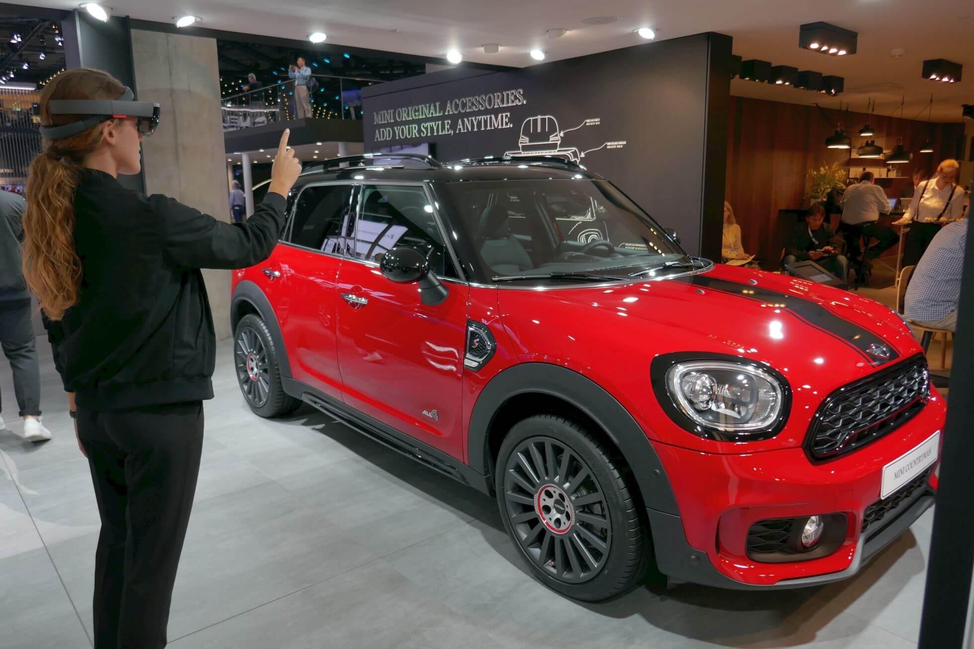 Sonderausstattungen lassen sich bei Mini mit der Hololens auf das eigene Fahrzeug anpassen.