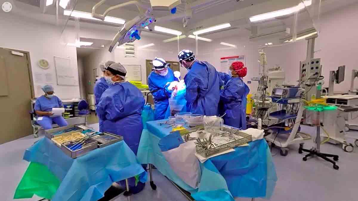 Chirurgen filmen Hirnoperation mit 360-Grad-Kameras