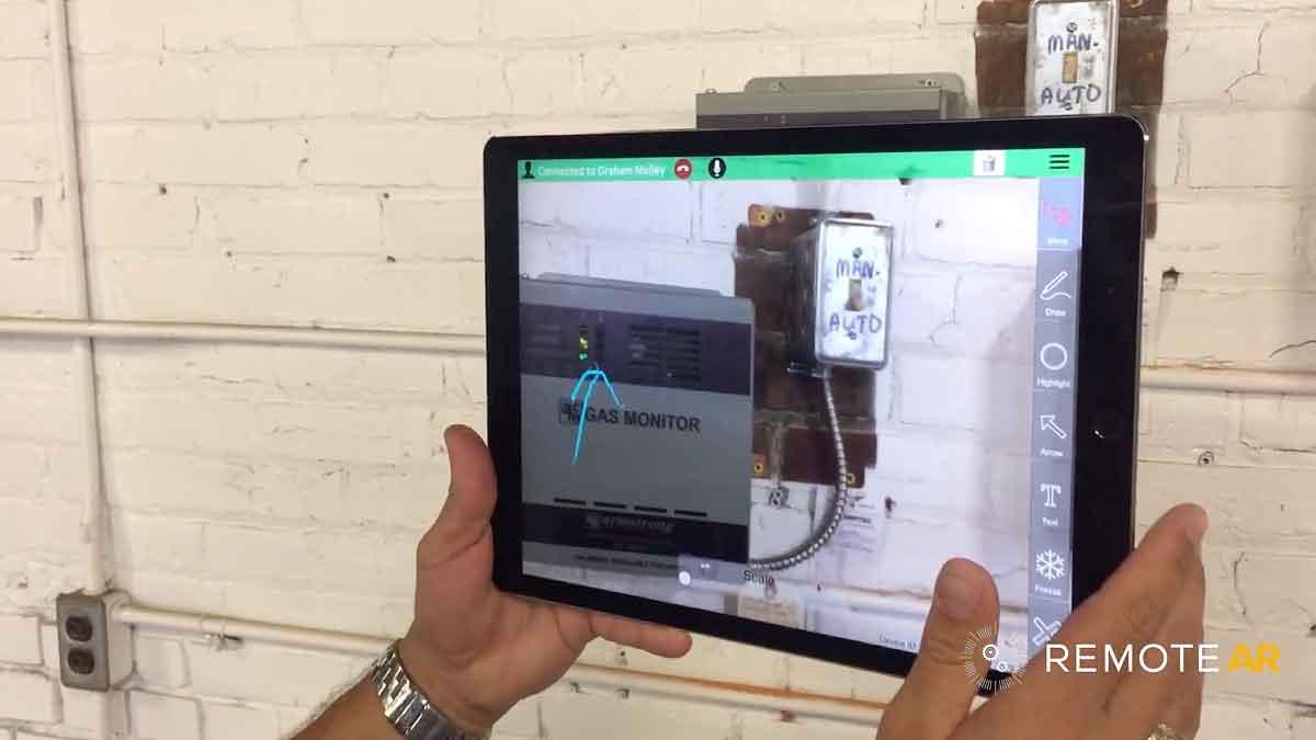Ein Video zeigt, wie Apples ARKit helfen kann, die Kommunikation zwischen einem Außendienstler und einem Fachmann im Büro einfacher zu gestalten.