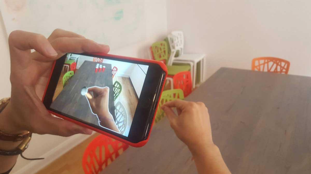Das schwedische Unternehmen Manomotion hat sich auf Gestenerkennung mit der herkömmlichen Smartphonekamera spezialisiert.