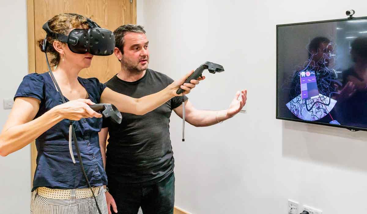 Mit der intuitiven 3D-Raumdarstellung in der VR-Brille wollen Wissenschaftler der Universität Oxford Gen-Interaktionen untersuchen