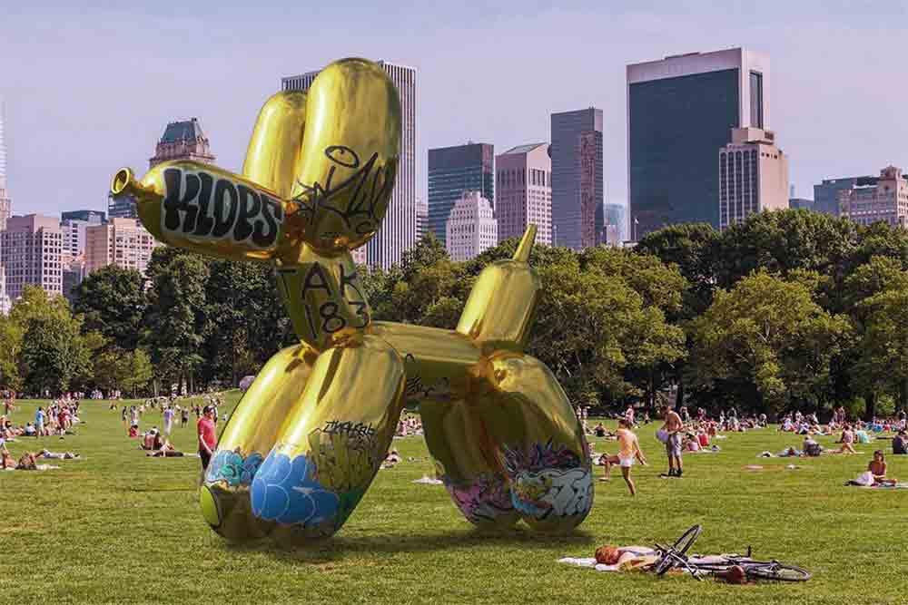 Ein New Yorker Künstler protestiert gegen die kommerzielle Inanspruchnahme des digitalen Raums und verunstaltet ein AR-Kunstwerk.