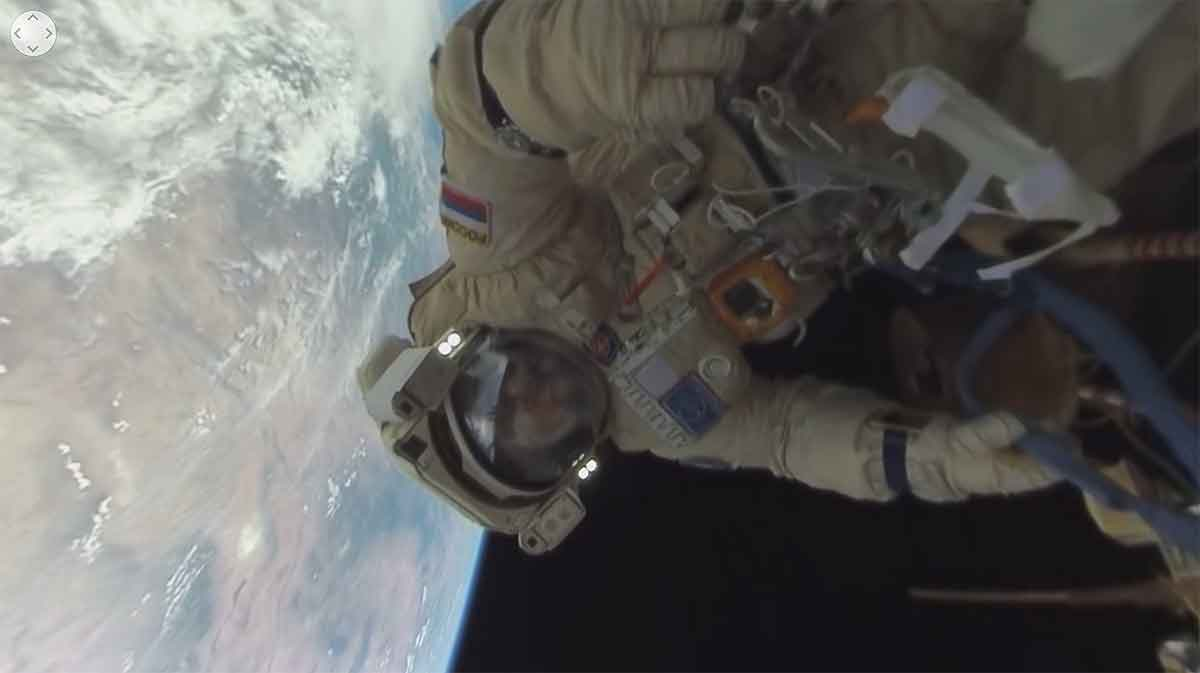 Zwei russische Astronauten haben ein 360-Grad-Video gedreht, das sie bei der Arbeit im offenen Weltraum zeigt.