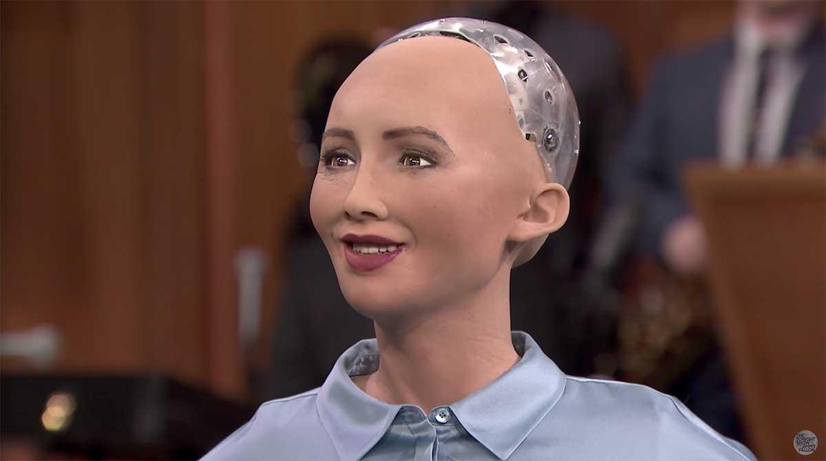 In einem Interview machte sich die Roboterfrau Sophia über Elon Musks KI-Hysterie lustig. Der reagiert bissig.