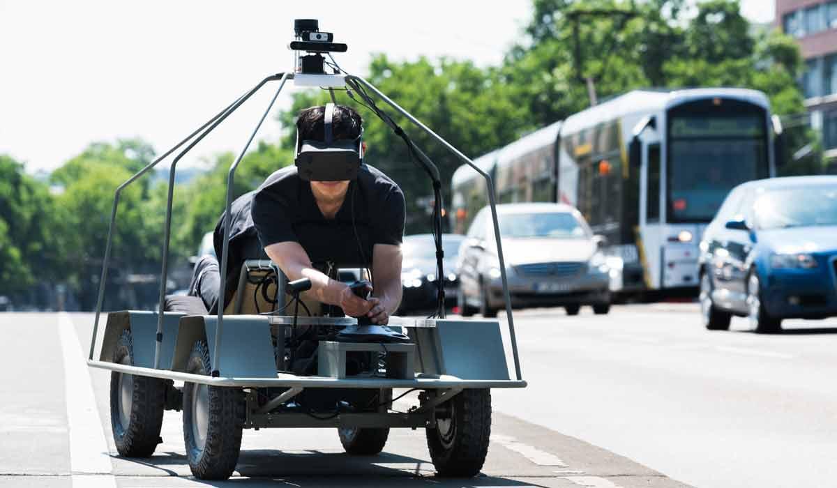 Im neuen Virtual-Reality-Projekt von Daimler darf sich der Fahrer mit der VR-Brille in das Blech eines autonomen Vehikels einfühlen.