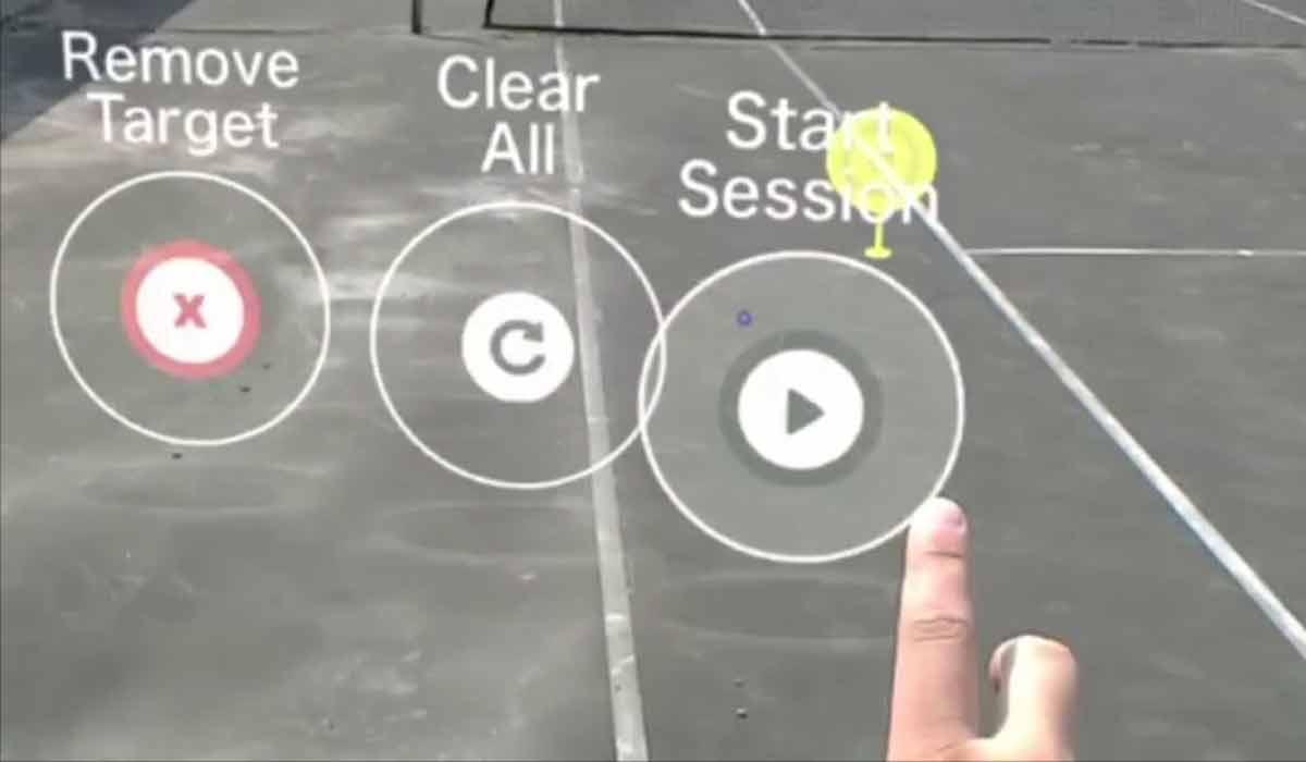 """Mit der Zukunftsbrille den Tennisschläger schwingen: Der """"Tennis Activity Tracker"""" für Hololens zeigt, wie Menschen gemeinsam mit Augmented Reality lernen und trainieren können."""