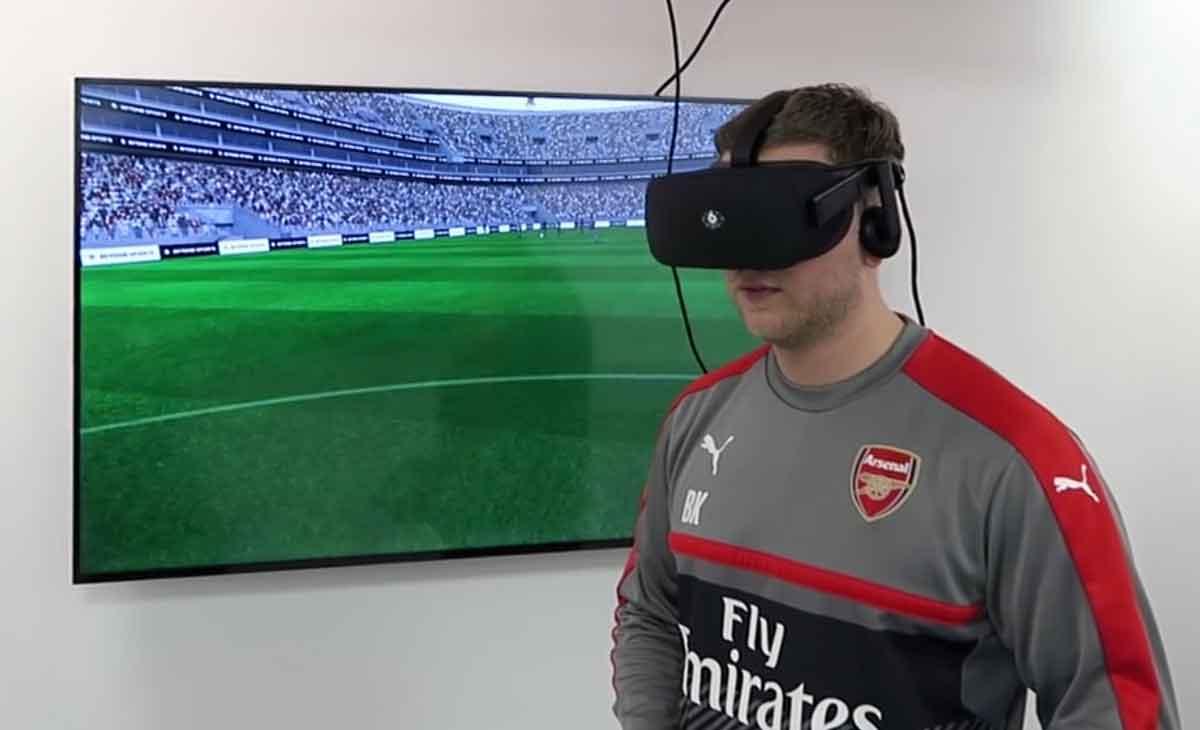 Den Profis vom Fußballverein Arsenal London wurde unter der VR-Brille schlecht, jetzt müssen die Jugendspieler ran.