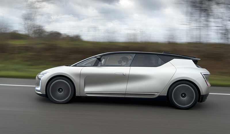 Die hübsche Frau im autonomen Fahrzeug auf der Überholspur verpasst der gute Mann leider. Bild: Renault