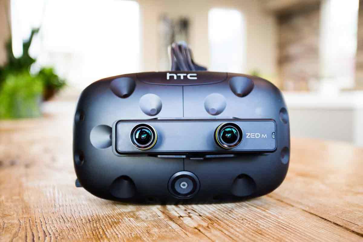 Die Zed Mini streamt die Außenwelt in die VR-Brille und erweitert sie um digitale Elemente. Das Ergebnis ist eine MR-Brille mit einem Sichtfeld von 100 Grad.