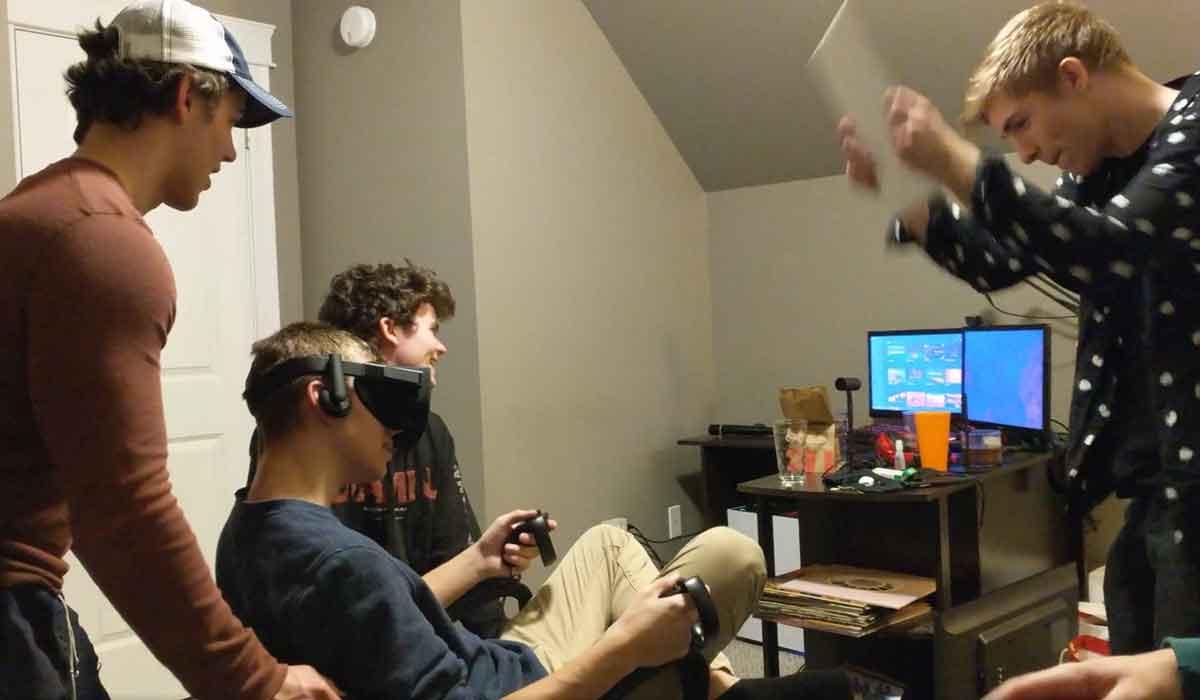Vier tapfere junge Männer zeigen der Welt, wie man die Virtual Realitybesonders intensiv erlebt. Maximale Immersion!