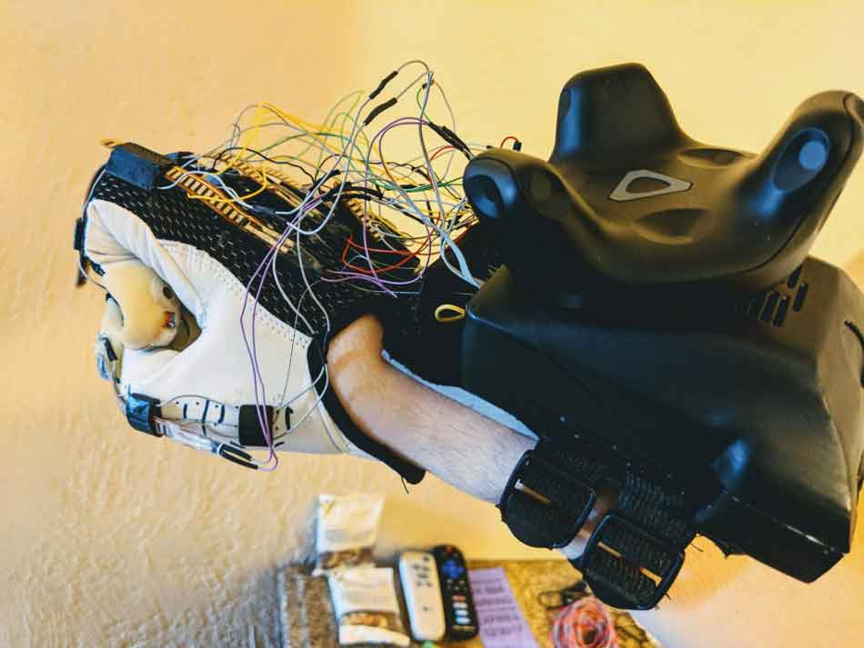 Auf der CES 2018 präsentiert ein VR-Startup einen Handschuh, der mit künstlichen Sehnen virtuelle Berührungen simuliert.
