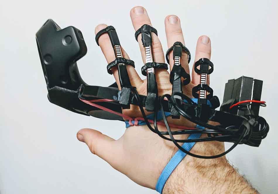 Ein Tüftler entwirftein Zubehör, das die Vive-Controller um die wichtigsten Innovationen der Knuckles erweitert.