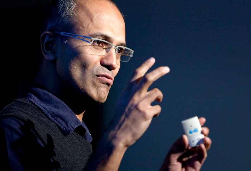 Microsoft-Chef Satya Nadella will bei Künstlicher Intelligenz Techkonzerne und Entwickler in die Verantwortung nehmen, bevor es die Politik tut.