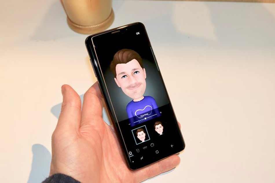 Das Galaxy S9 bietet auf einem Gesichtsscan basierte Augmented-Reality-Emojis, ähnlich denAnimojis beim iPhone X.