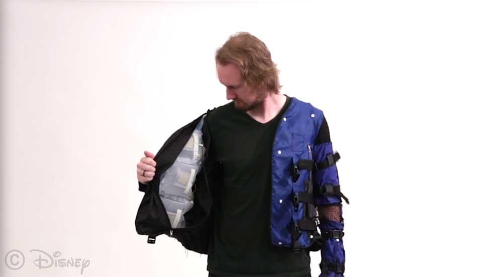 Virtual Reality: Diese haptische Jacke lässt euch Umarmungen spüren