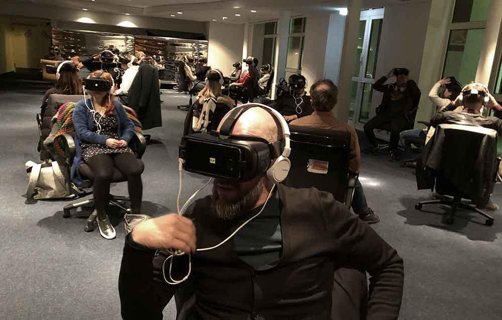 Bilder von Menschen mit VR-Brillen im Gesicht wirken ungewohnt, befremdlich, ja unheimlich. Wieso ist das so?