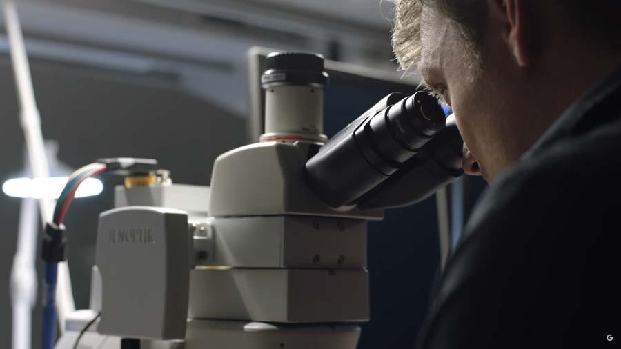 Google zeigt, wie Augmented Reality und Künstliche Intelligenz in Kombination Ärzten die Krebsdiagnose erleichtern können. Auch in anderen Disziplinen soll das Augmented-Reality-Mikroskop mit angeschlossener KI-Analyse Fortschritt begünstigen.