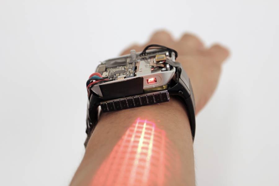 In einem Uni-Projekt entwickeln Forscher eine Smartwatch, die das Display auf den Arm projiziert. Die Projektion ist interaktiv und kann wie ein Touchscreen bedient werden.