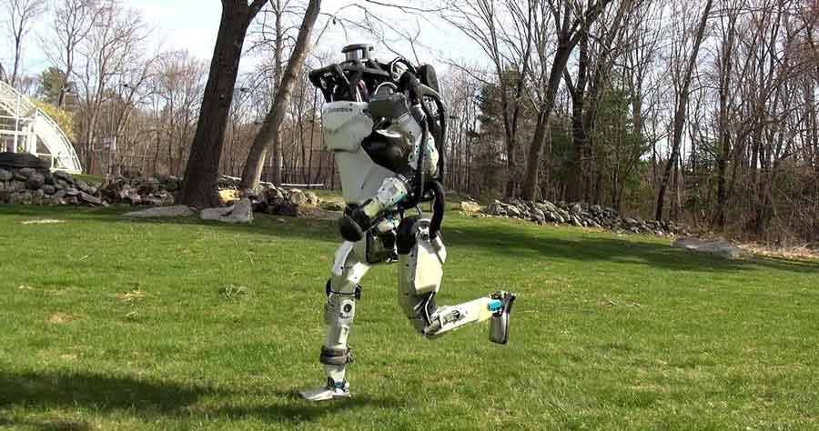 """Zwei neue Videos des Roboterherstellers Boston Dynamics lassen mal wieder staunen. Der menschenähnliche """"Atlas"""" ist das Kabel los und kann durch die Natur laufen. Der Vierbeiner """"SpotMini"""" orientiert sich selbständig in seiner Umgebung und steigt Treppen."""