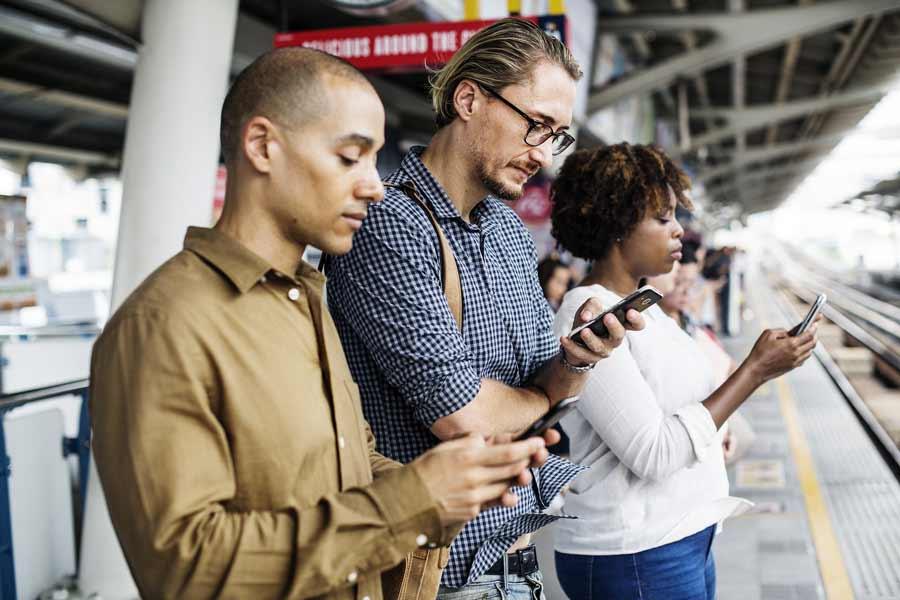 Einer Marktanalyse zufolge brechen die Smartphone-Absätze in Teilen Europas ein. Steht die Smartphone-Ära vor dem Ende? Und welche Technologie könnte die Nachfolge antreten?