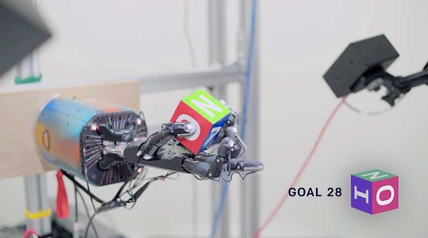 KI-Forscher brachten einem Roboter bei, Objekte in der Hand zu jonglieren. Dafür musste sie fast hundert Jahre in einer Simulation üben.