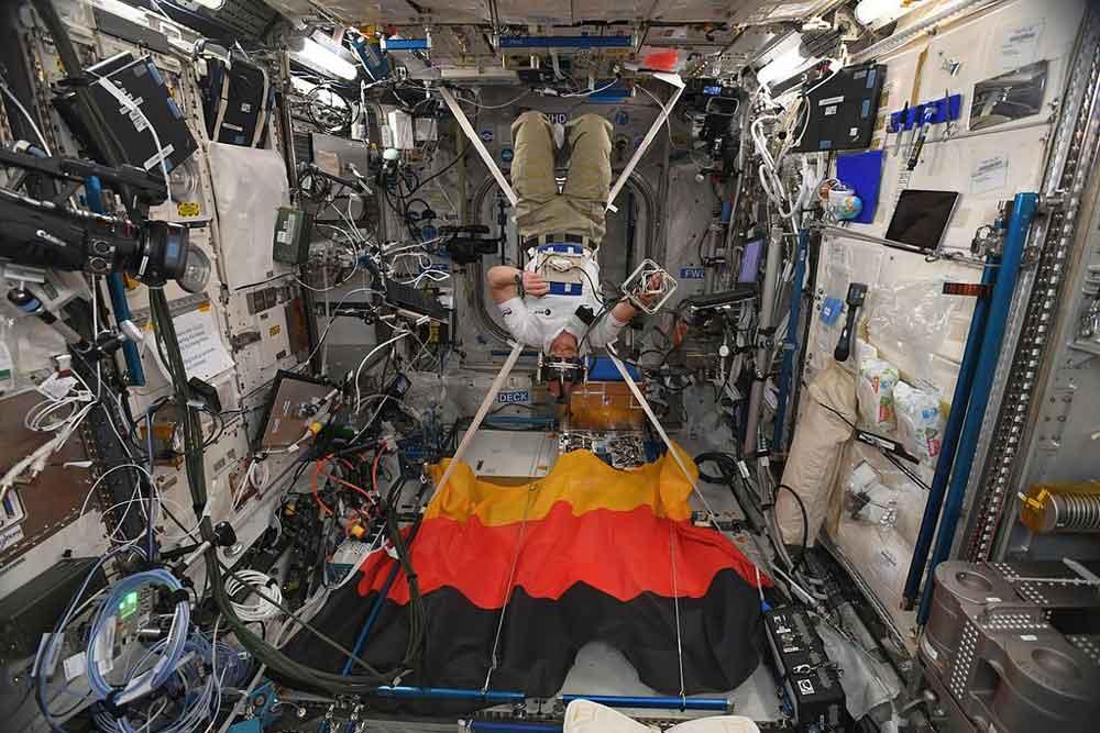 Auf der International Space Station (ISS) testet der deutsche Astronaut Alexander Gerst seine Hand-Augen-Koordination mit Oculus Rift. Das Experiment soll helfen, den Gleichgewichtssinn besser zu verstehen.
