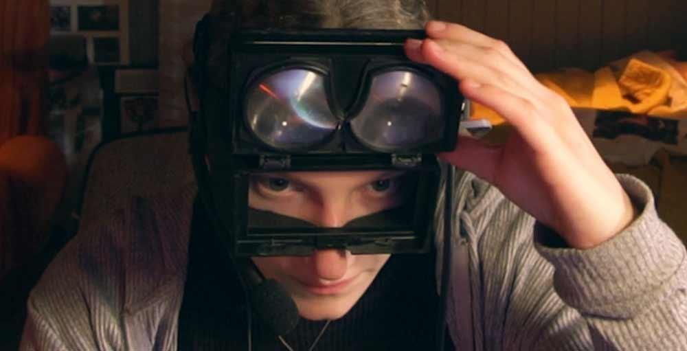 """Netflix neue Virtual-Reality-Serie """"Kiss Me First"""" lässt die VR-Brille abermals aussehen wie ein hässliches Nerd-Spielzeug für Menschen, die aus der Realität flüchten müssen. Dieses Stigma ist so mächtig, dass es die VR-Branche behindern könnte."""