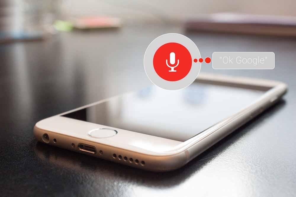 Googles Assistant, Siri oder Alexa sind in den letzten Jahren deutlich gesprächiger und funktionaler geworden. Die letzten Durchbrüche in der KI-Sprachforschung dürften dafür sorgen, dass audiobasierte KI-Assistenz in den nächsten Jahren weiter an Bedeutung gewinnt.
