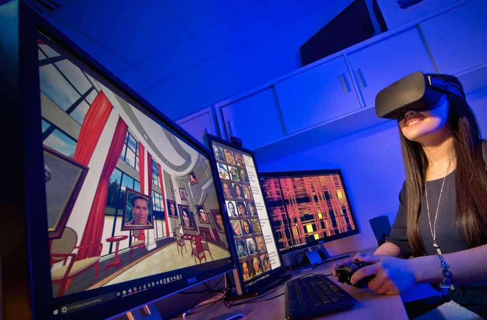 Eine Studie bestätigt die Intuition, dass Menschen mit der VR-Brille Inhalte eindrücklicher wahrnehmen und entsprechend besser erinnern als am herkömmlichen Monitor.